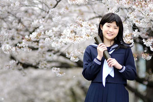 高校卒業を迎える女の子のイメージ写真