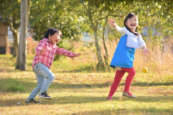 子供たちが楽しく遊んでいる写真