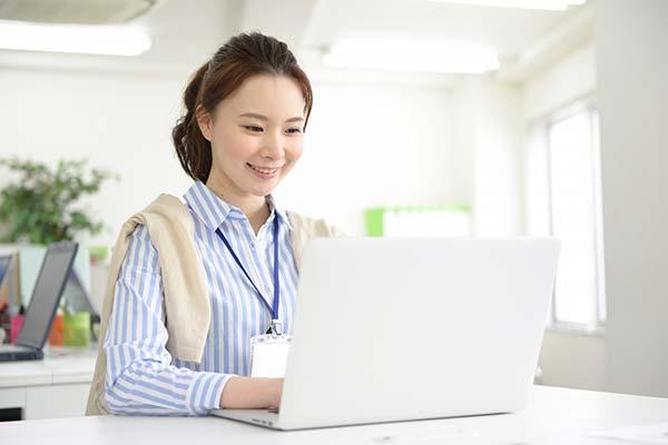 女性がオフィスワークをしているイメージ写真