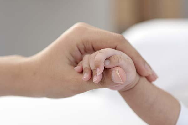 子供とママが手を握り合っている写真