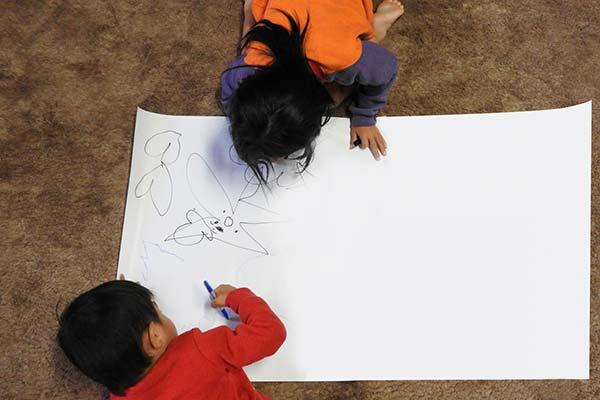 小学生の子供たちが絵を描いている様子