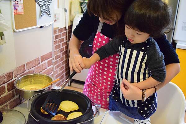 親子で料理をしている様子